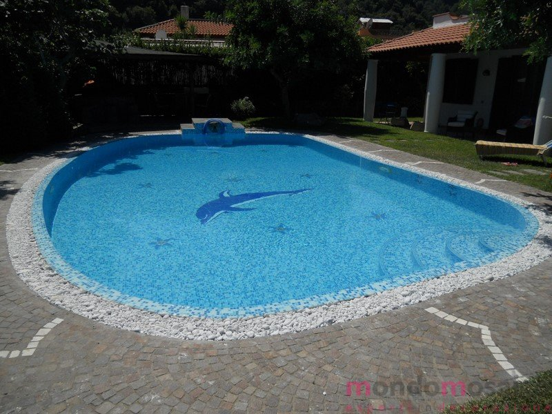 Piscina con tracimazione in mosaico mix blu con for Decorazioni piscina