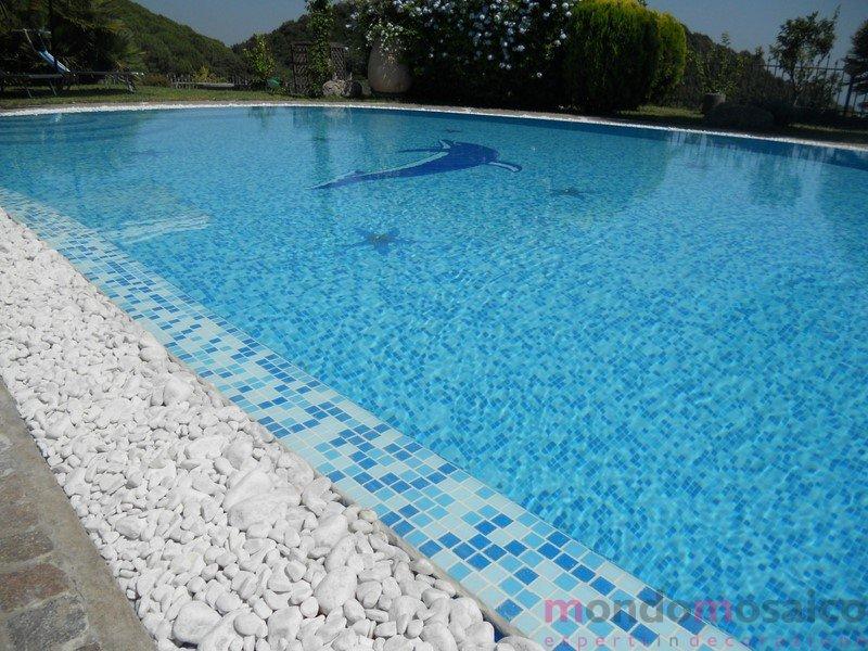 piscina con tracimazione in mosaico mix blu con