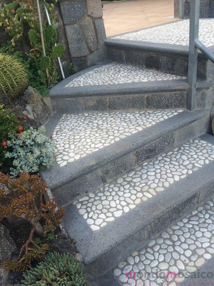scale con poggia piede in ciottoli