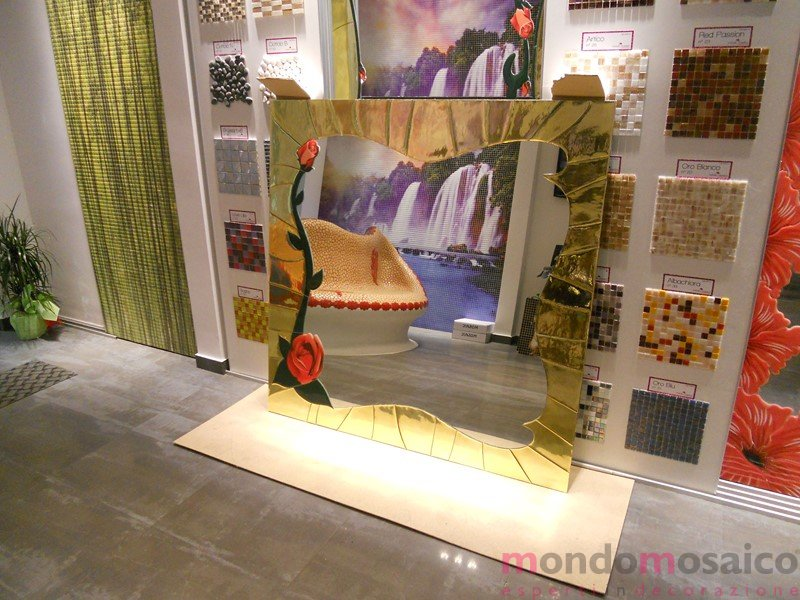 specchio con cornice in mosaico oro