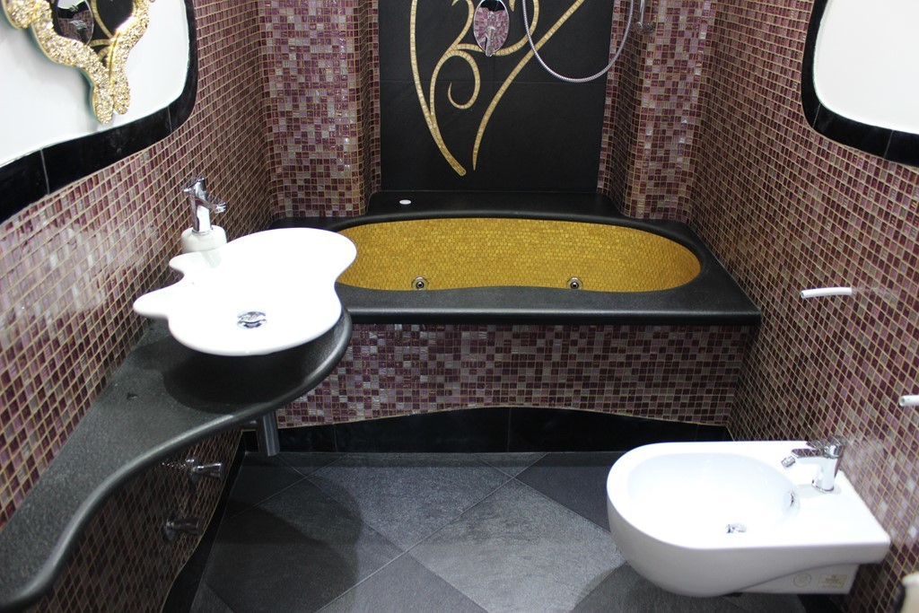Ristruttuazione bagno mosaico con inserti in oro giallo