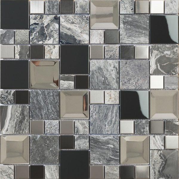 Mosaico con tessere di due formati in metallo vetro e marmo
